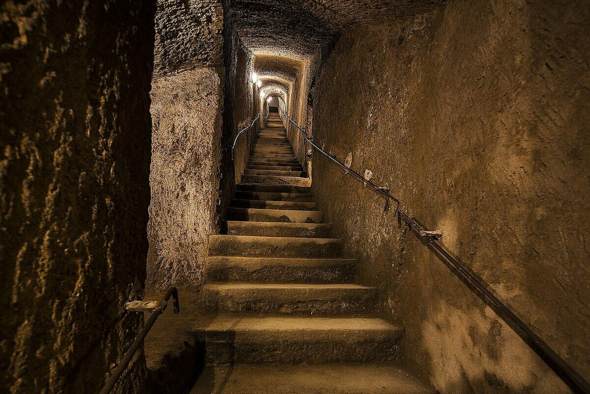 1280px-Galleria_borbonica_-_Stairs_%28Naples%29.jpg