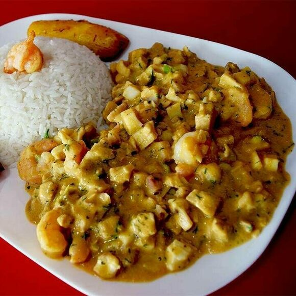 A plate of guatita, with rice and plantains.