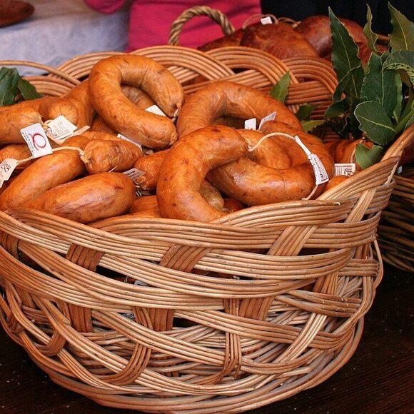 A basket of alheira.